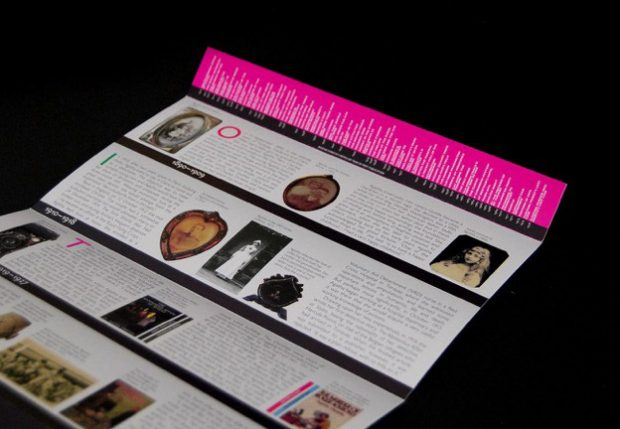 Die Briefmarken kommen in einer Hülle, die wie ein Buchregal gestaltet ist