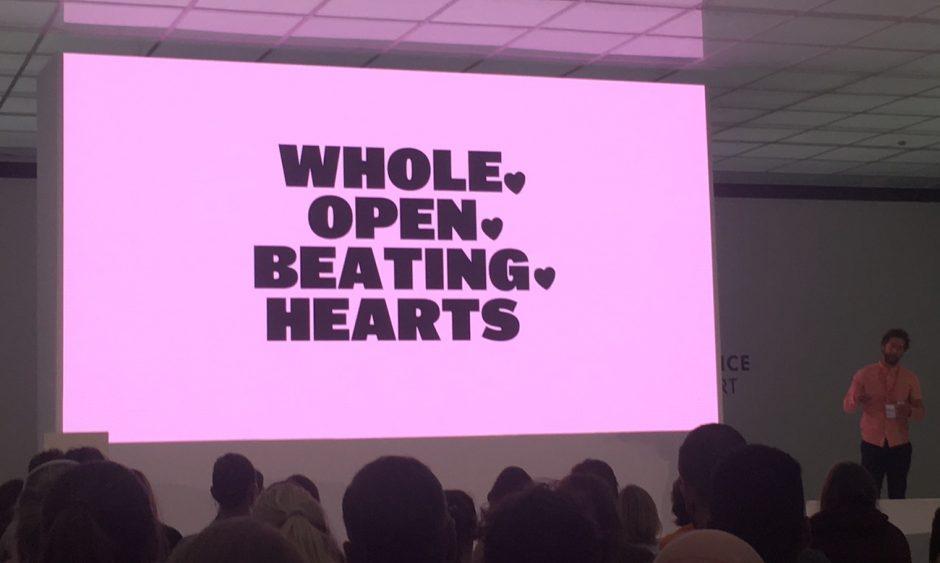 Viel Emotion zum Abschluss brachte Neil Cummings von Wolff Olins auf die Bühne - verpackt in eine schicke und viel fotografierte Präsentation