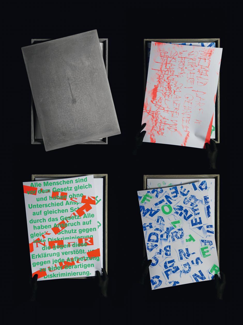 1-farbiger Digitaldruck + 2-farbiger Siebdruck / Jedes Plakat mit Blindprägung /  Gesammelt in Box gegossen aus Beton /  In Zusammenarbeit mit Julian Humm