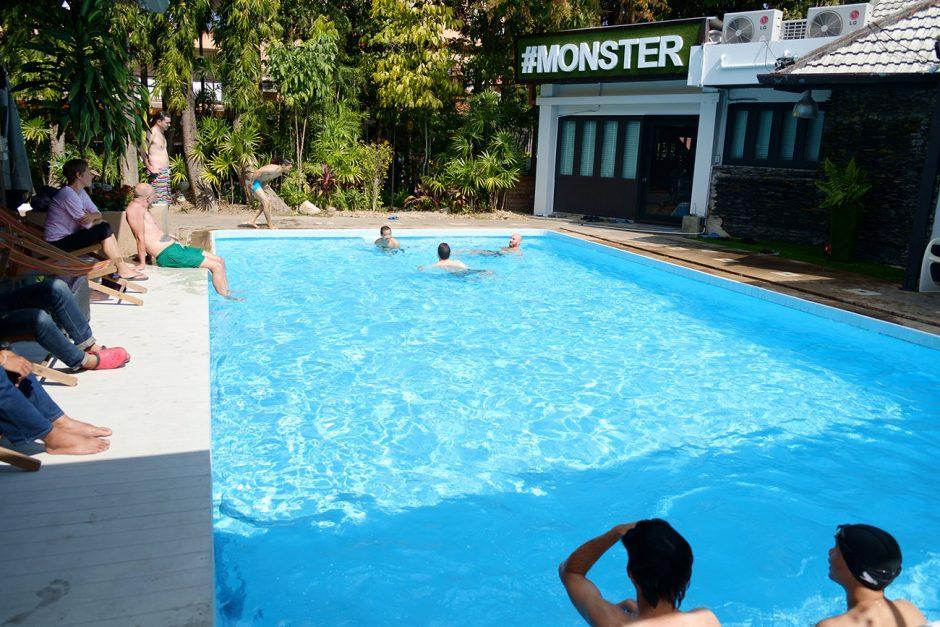 Agentur-Swimming-Pool mit Menschen ...