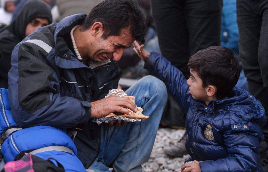 Bronze: Stern Nr. 49/2015, Hoffnung 2015, Ein kleiner Junge tröstet seinen Vater auf der Flucht von Pakistan nach Europa, Fotograf Georgi Licovski