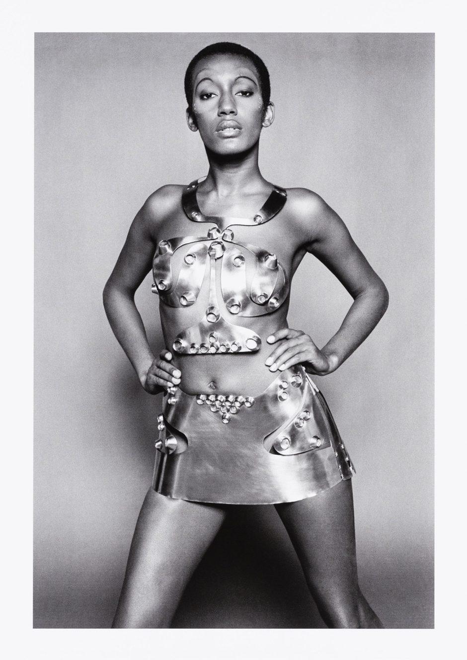 Peter Knapp (Foto), Sonja Knapp (Entwurf Metallkostüm), Grace Jones pour Ungaro, Modekampagne Body Sculptures, 1969, Modern Print: 2016, Museum für Gestaltung Zürich, Grafiksammlung