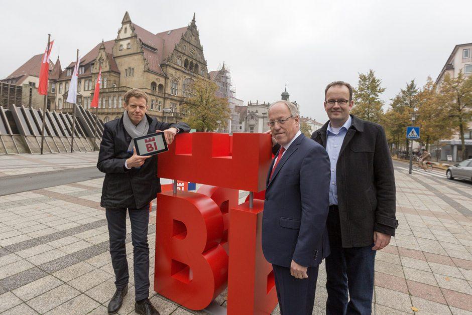 Bielefelds Oberbürgermeister Pit Clausen (Mitte), Martin Knabenreich (r.), Geschäftsführer Bielefeld Marketing, und Marc Detering (l.), Geschäftsführer deteringdesign, stellten den neuen Markenauftritt der Stadt Bielefeld vor