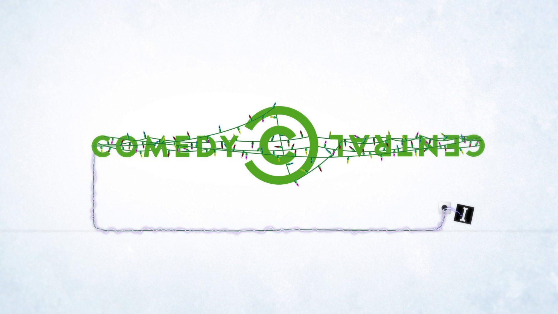 Lichterkette, Geschenkpapier und andere weihnachtlich-winterliche Elemente verhingen das Comedy Central Logo im Christmas Design