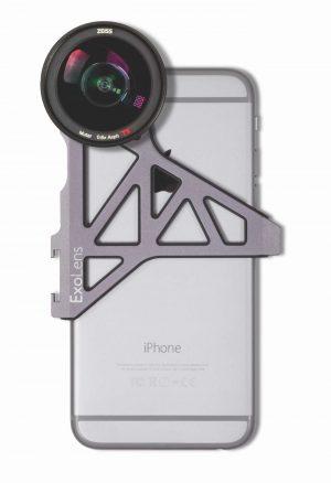 Die Vorsatzobjektive von ExoLens® mit ZEISS Optik werden mit einer Aluminium-Halterung am iPhone befestigt – hier das Weitwinkelobjektiv ZEISS Mutar 0.6x Asph T*.