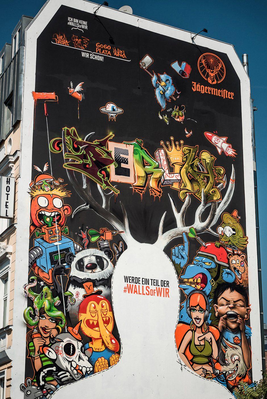 Die Berliner Passanten hatten viel Spaß mit der #wallsofwir an der East Side Gallery, da sie sich am Selfie Point selbst in das Gemeinschaftswerk integrieren konnten.