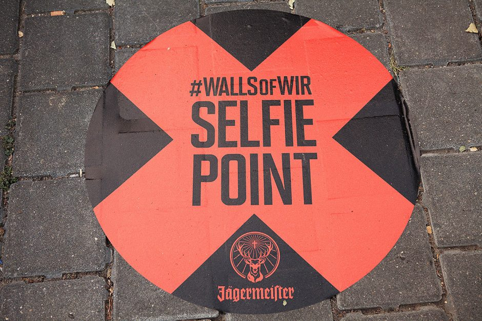 Da man in Berlin ein Teil des Kunstwerkes werden kann, haben wir allen Passanten mit dem Selfie Point den am besten geeigneten Punkt für ihren Schnappschuss markiert.