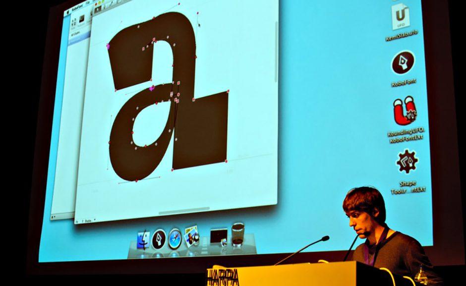 In Gent studierte Frederik Berlaen an der Sint-Lucas-Akademie, bevor er an die KABK in Den Haag wechselte und dort 2006 den Type&Media-Kurs abschloss. Berlaen beschäftigt sich neben dem Entwurf auch hingebungsvoll mit der Technologie hinter digitaler Schrift, wie z.B. bei seinem Font Editor RoboFont