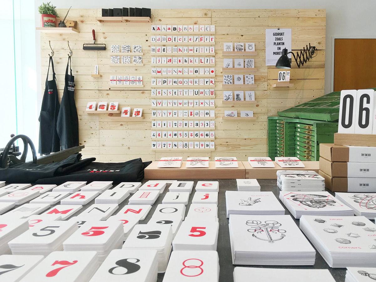 Ein cooler Treffpunkt in Antwerpen ist seit einiger Zeit der Shop von kastaar. Zwischen allerlei gewitztem Typo-Zeugs lassen sich launige Poster erwerben, die nebenan in der Druckwerkstatt mit historischen Holzlettern erstellt wurden. So begegnen sich Tradition und Moderne nachhaltig im besten Sinne: Tweet fast – print slow!