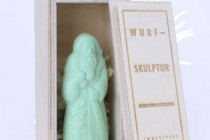 wurf-skulptur-weihnachtsmann-mit-box