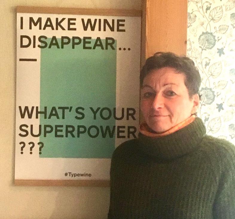 Antje Dohmann vor ihrem Plakat