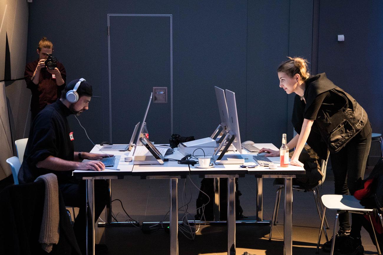 Creative Jam Teilnehmer Dom Quichotte und Sina Collins beim Schnitt