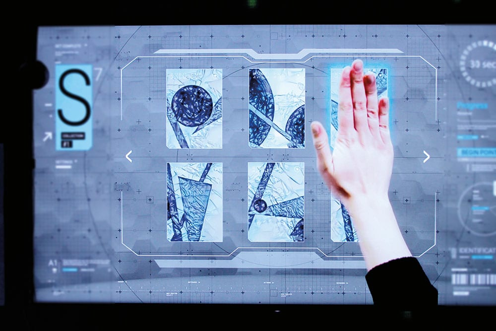 Screenshot aus dem Film The Puppet Master mit einem virtuellen Interface, das per Hand bedient wird