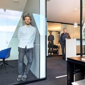 Vorbildlich auch beim Social Distancing im Frankfurter Büro der Peter Schmidt Group: Felix Damerius, Lukas Cottrell und Sebastian Krowarz