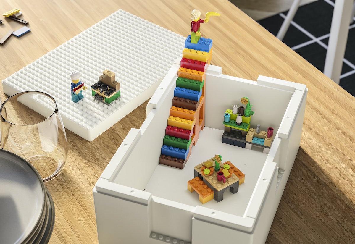 Kollektion Bygglek von Ikea und Lego, hier mit gebautem Lego-Treppenhaus