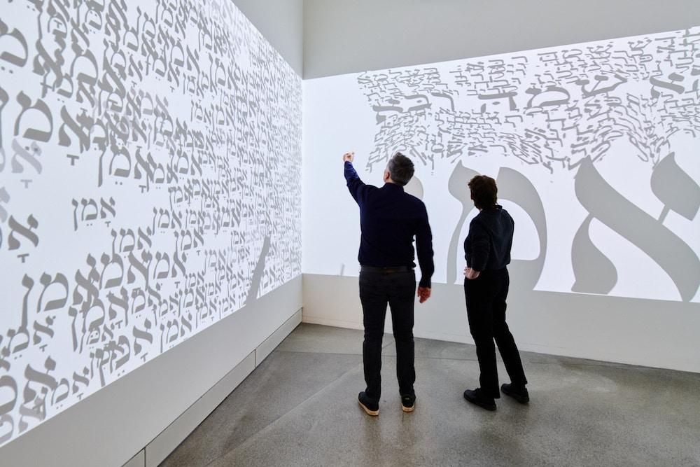 Blick in die Installation »Visual Prayer« von Hagit Hollander-Shimoni