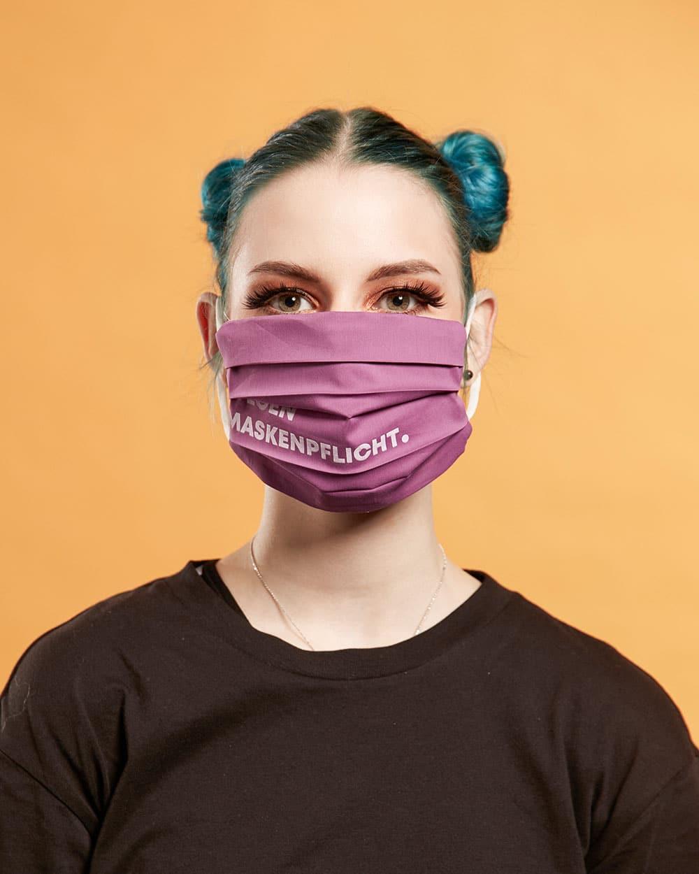 UE-Studentin Lisa Groos trägt das Maskendesign von Miguel Ribeiro Da Saude