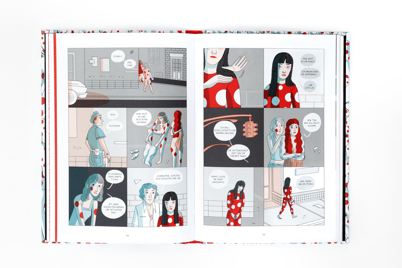 Graphic Novel über Yayoi Kusama, man sieht ins Buch