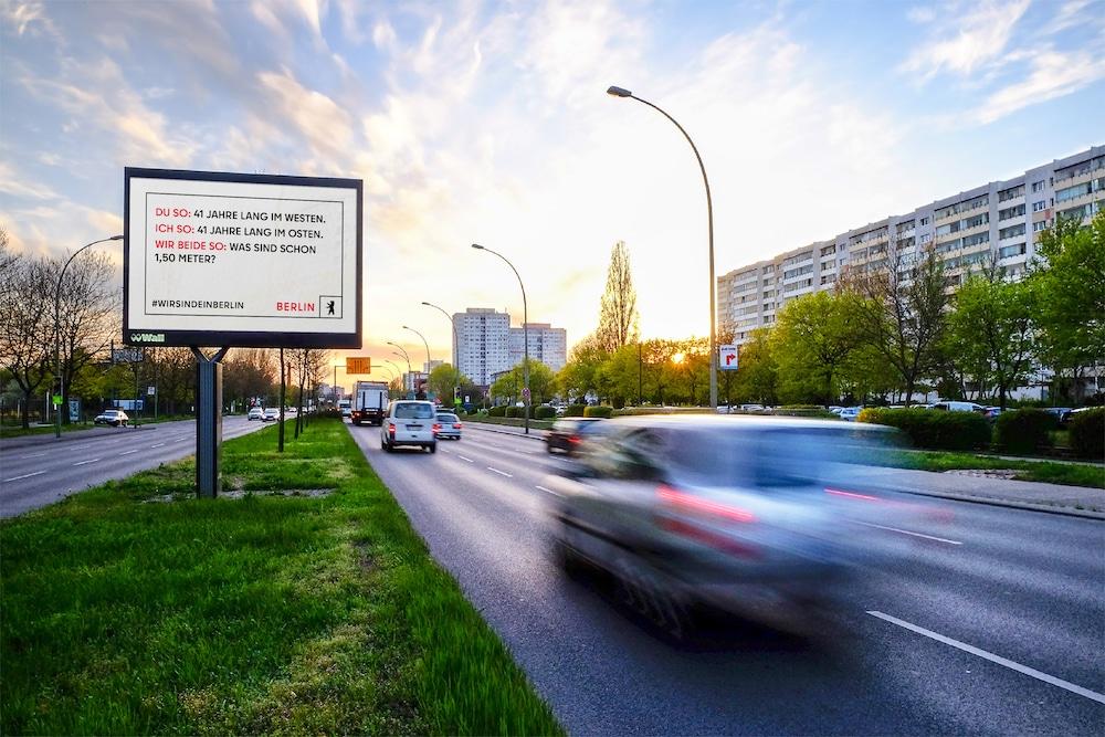 Plakat des neuen Berlin-Markenauftritt auf einer Straße