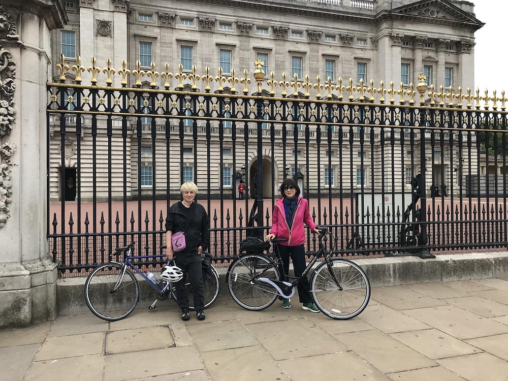 Die beiden Kapitza Schwestern mit ihren Fahrrädern vorm Buckingham Palace