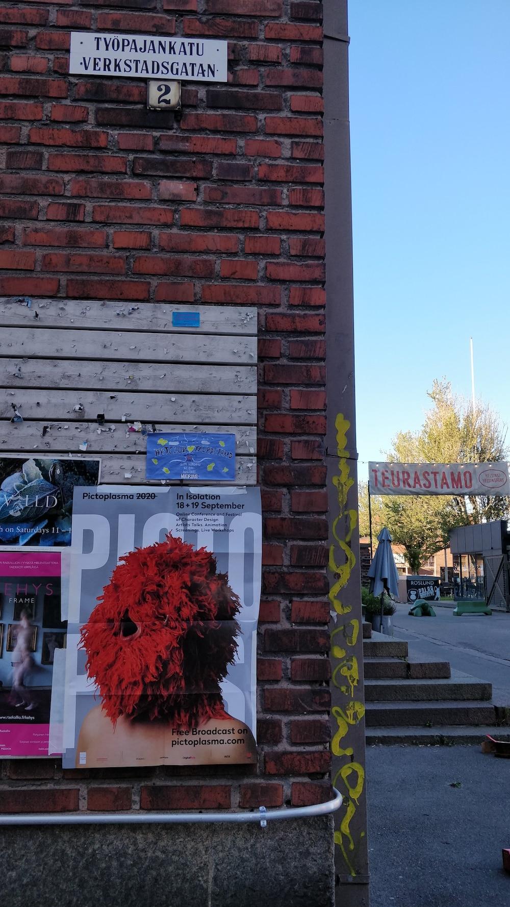 Pictoplasma Plakat das an einer Straßenecke in Helsinki hägngt