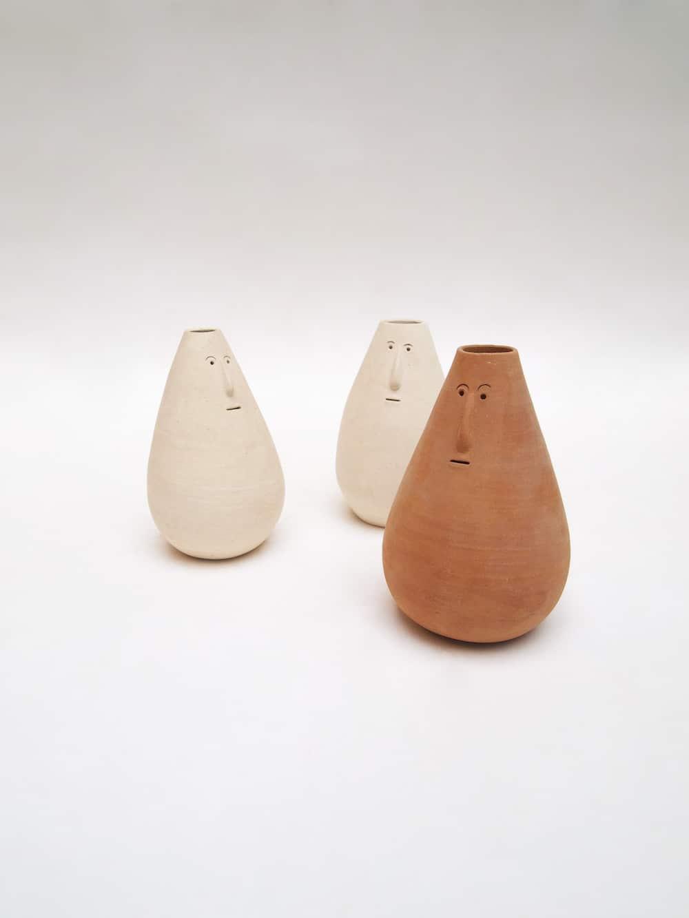 Drei Keramikfiguren mit Gesichter von Aman Khanna aus Indien