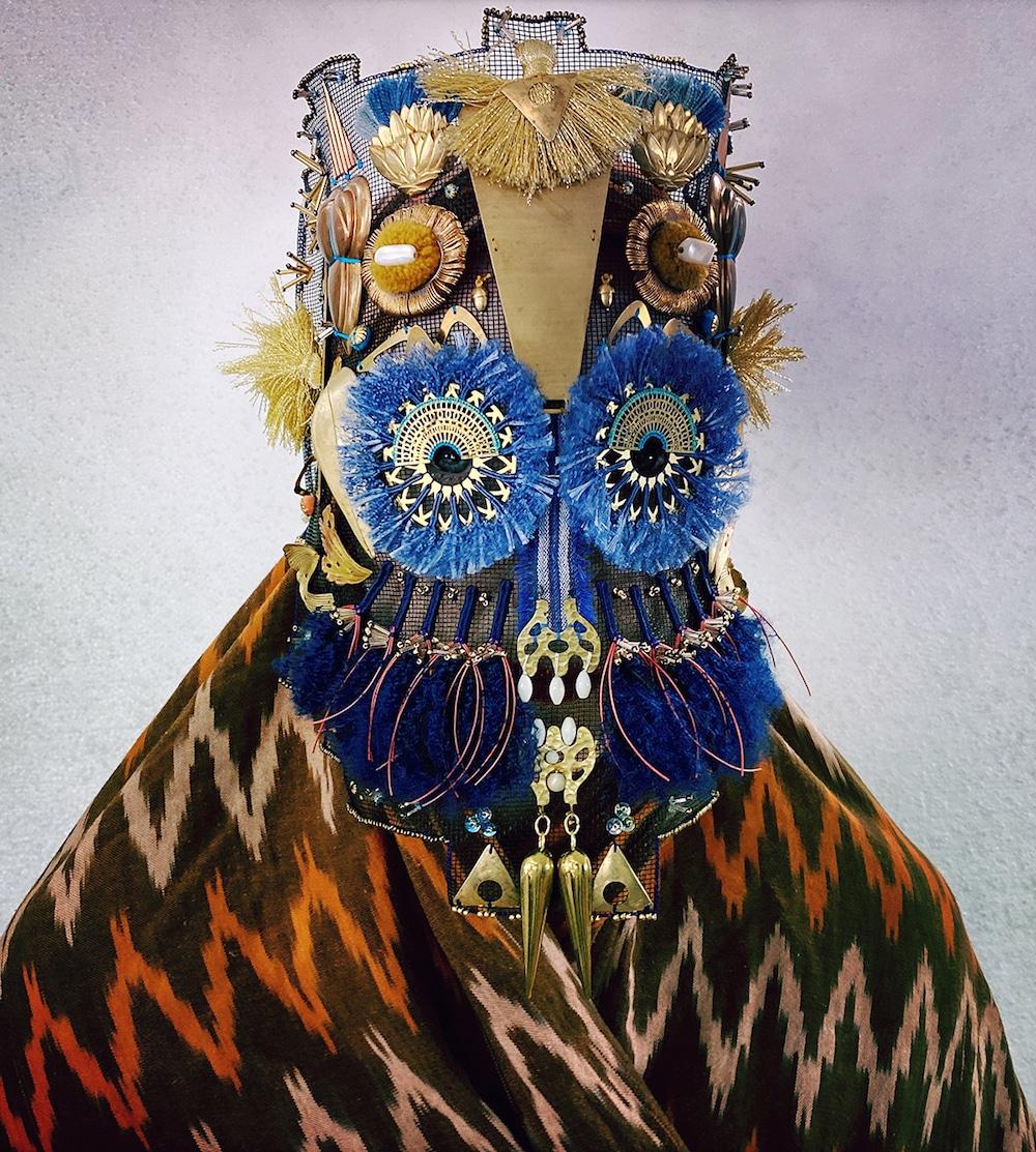Maske der Damselfrau mit Glocken, Ponpons, Schellen