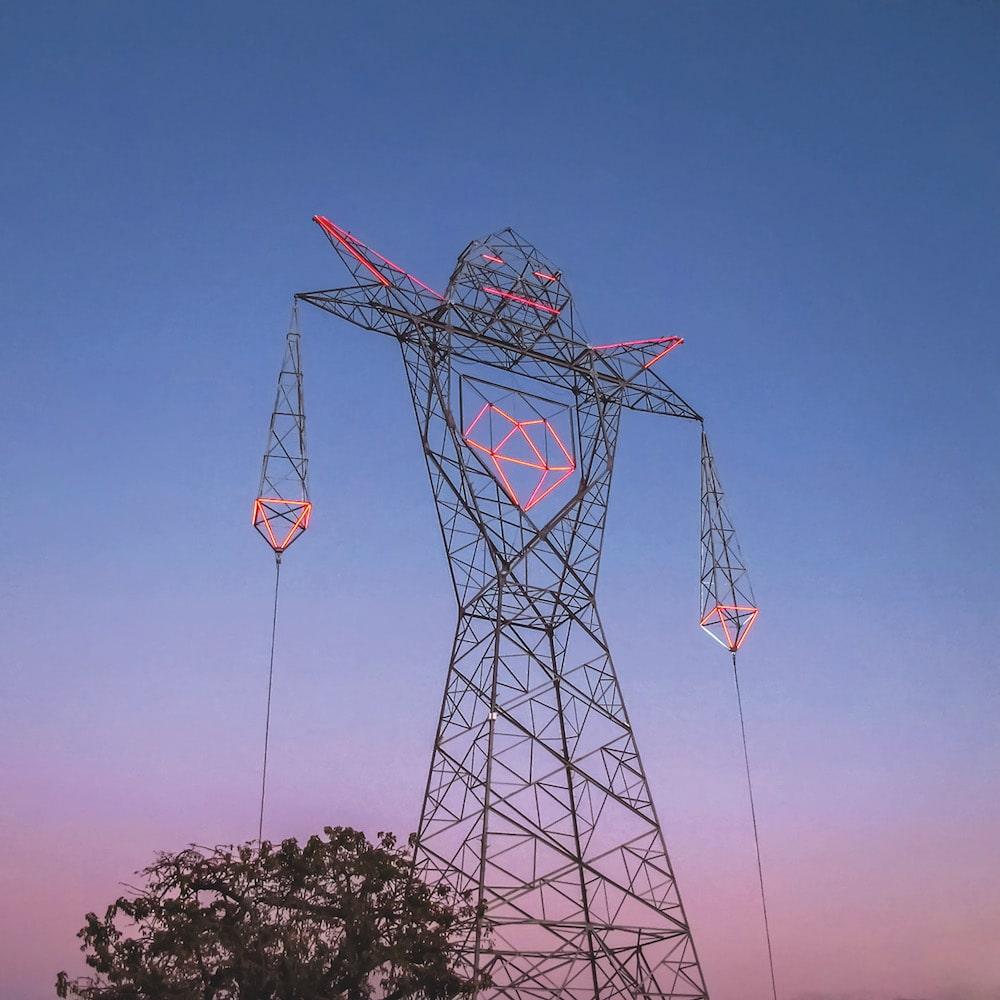 Strommast als Actionfigur des Künstler-Kollektivs Doma aus Argentinien