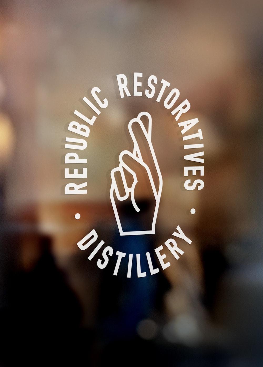 Republic Restoratives Logo mit überkreuzten Findern, die Glück wünschen mit schlichter Typografie