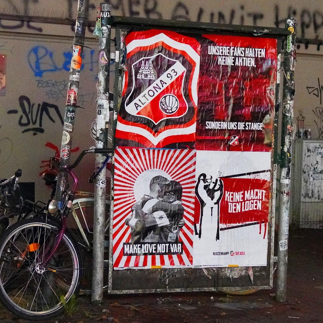 Plakate für Altona 93 an Fahrradständer