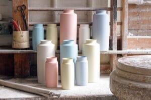 Die re-produzierten Vasen TINI in der Modellstube der Fabrik von Weimar Porzellan. Farben: weiss, rosé, hellblau, blassgelb, mint, grau Erhältlich über www.projekt-unverloren.de