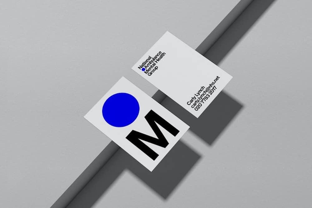 Visitenkarten von Pentagram für NAMHG mit leuchtend blauem Punkt