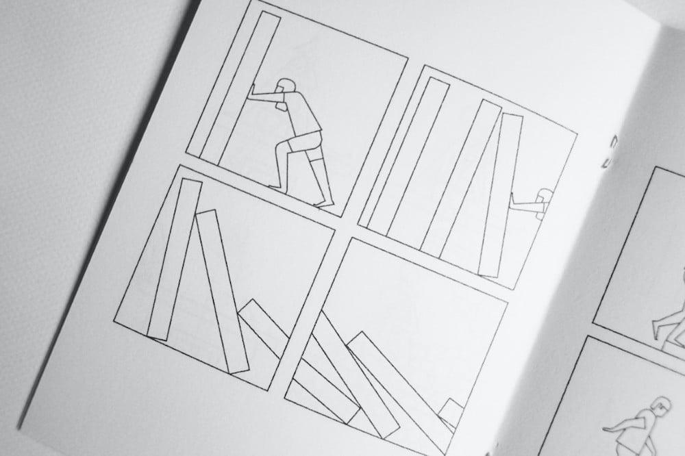 Sebastian König »In Shorts« Innenansicht, Mann stößt Blöcke um
