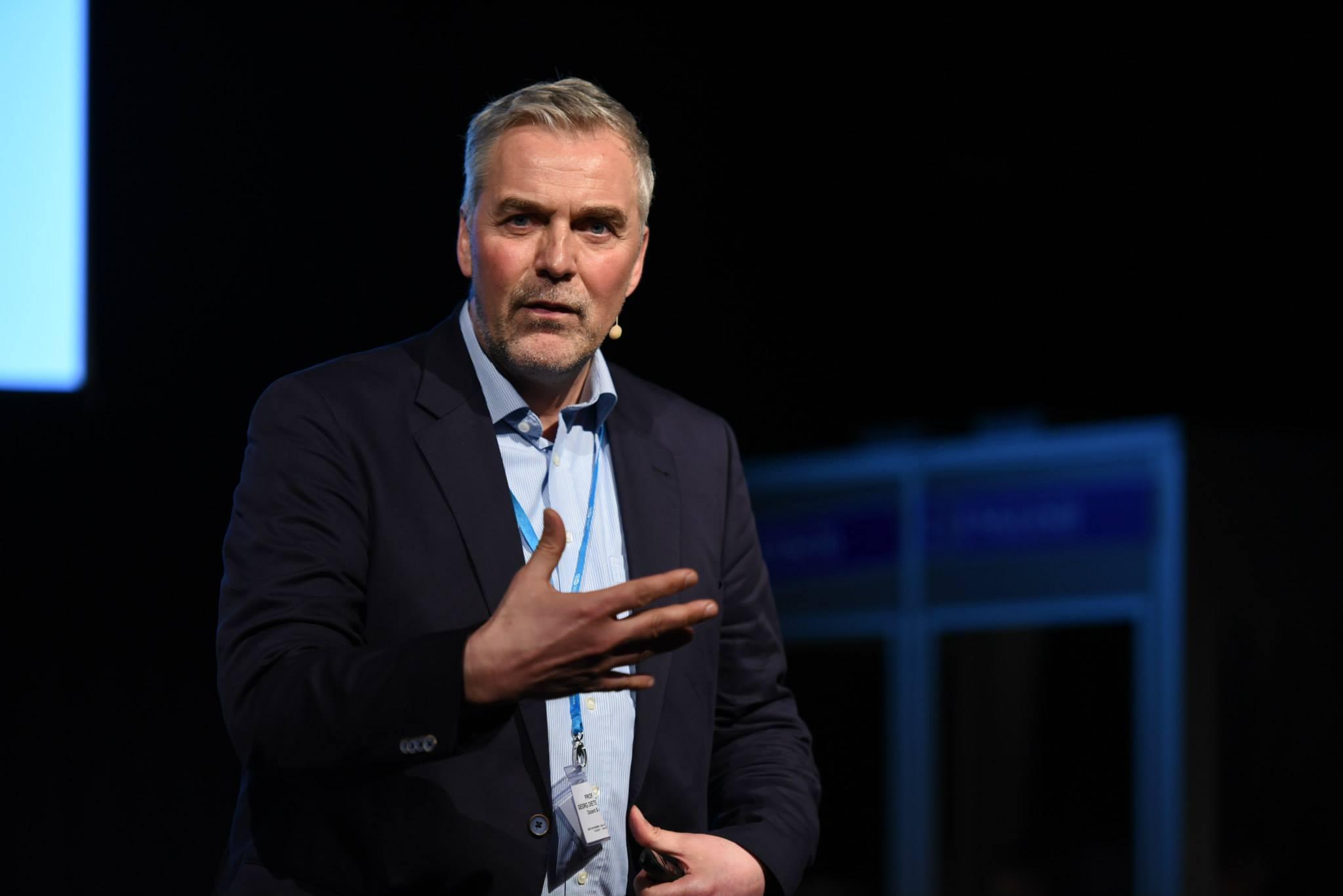 Professor Dr. Dieter Georg Adlmaier-Herbst auf der Bühen des Ears of Europe