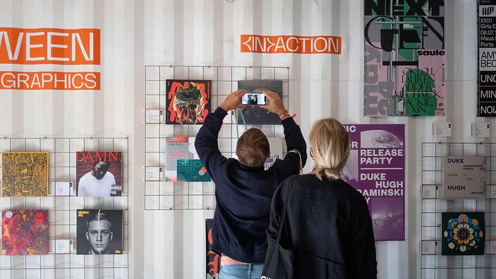 Besucher hält Smartphone in AR-Ausstellung