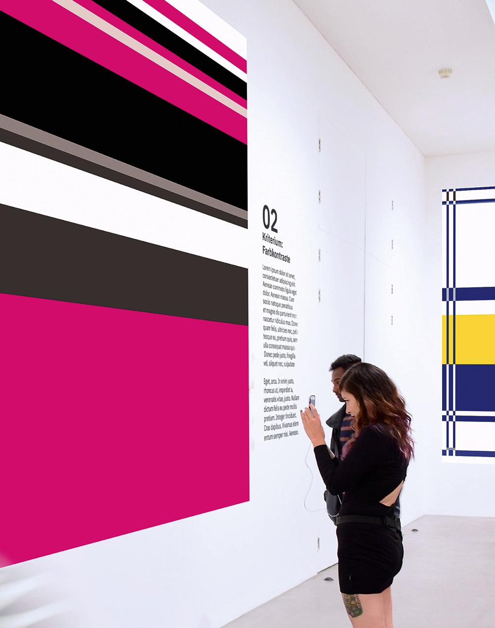 Ausstellungs Mock Up mit Besuchern vor großflächigen Plakaten