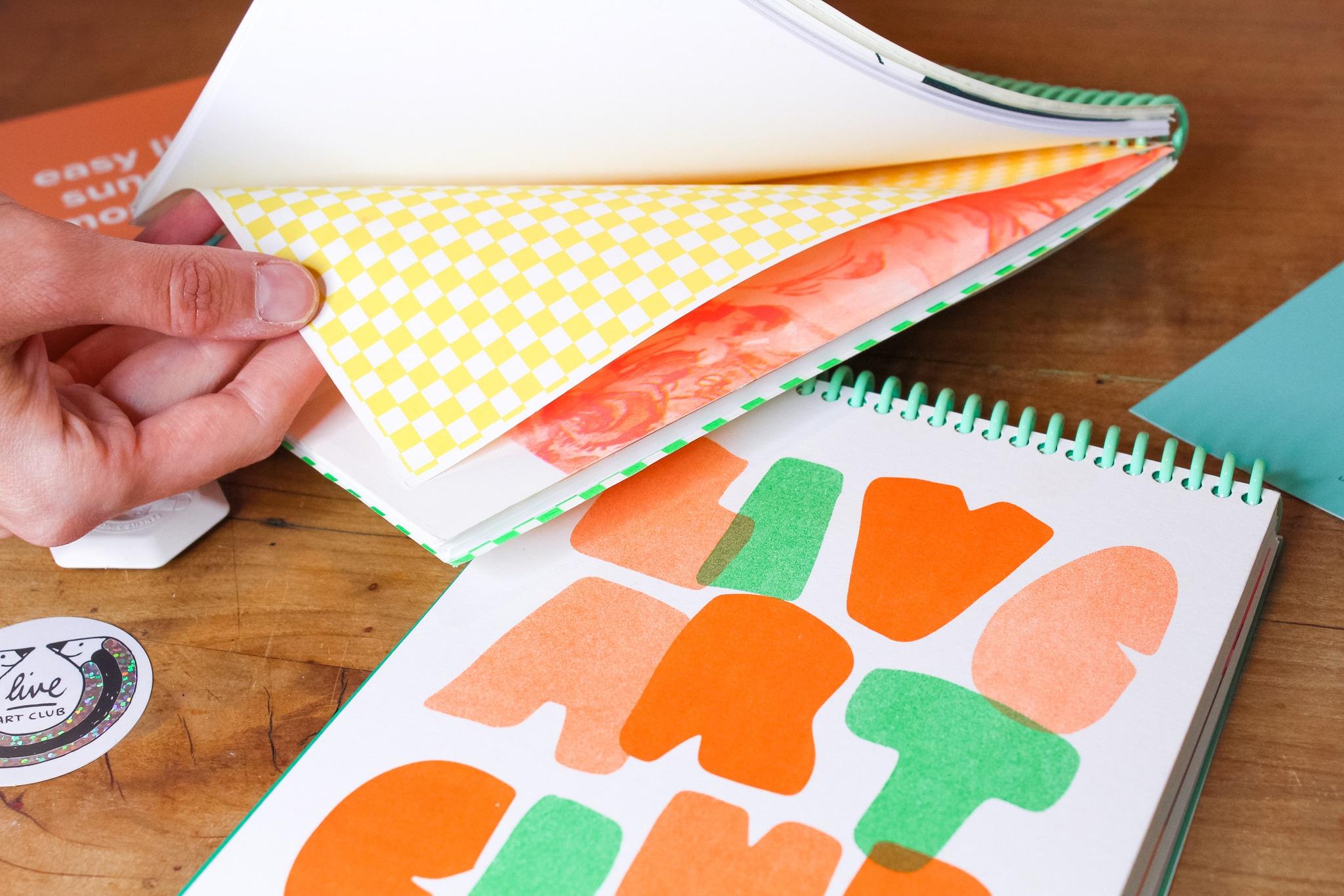 grünes Skizzenbuch innen Papier