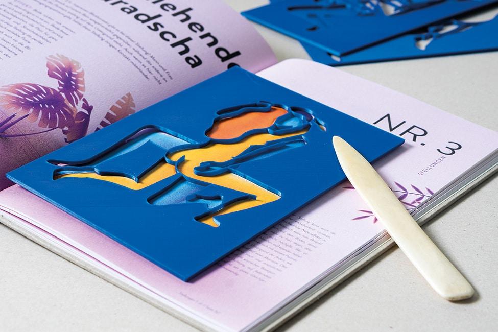 Buchseite mit Schablone (blau) und Falzbein