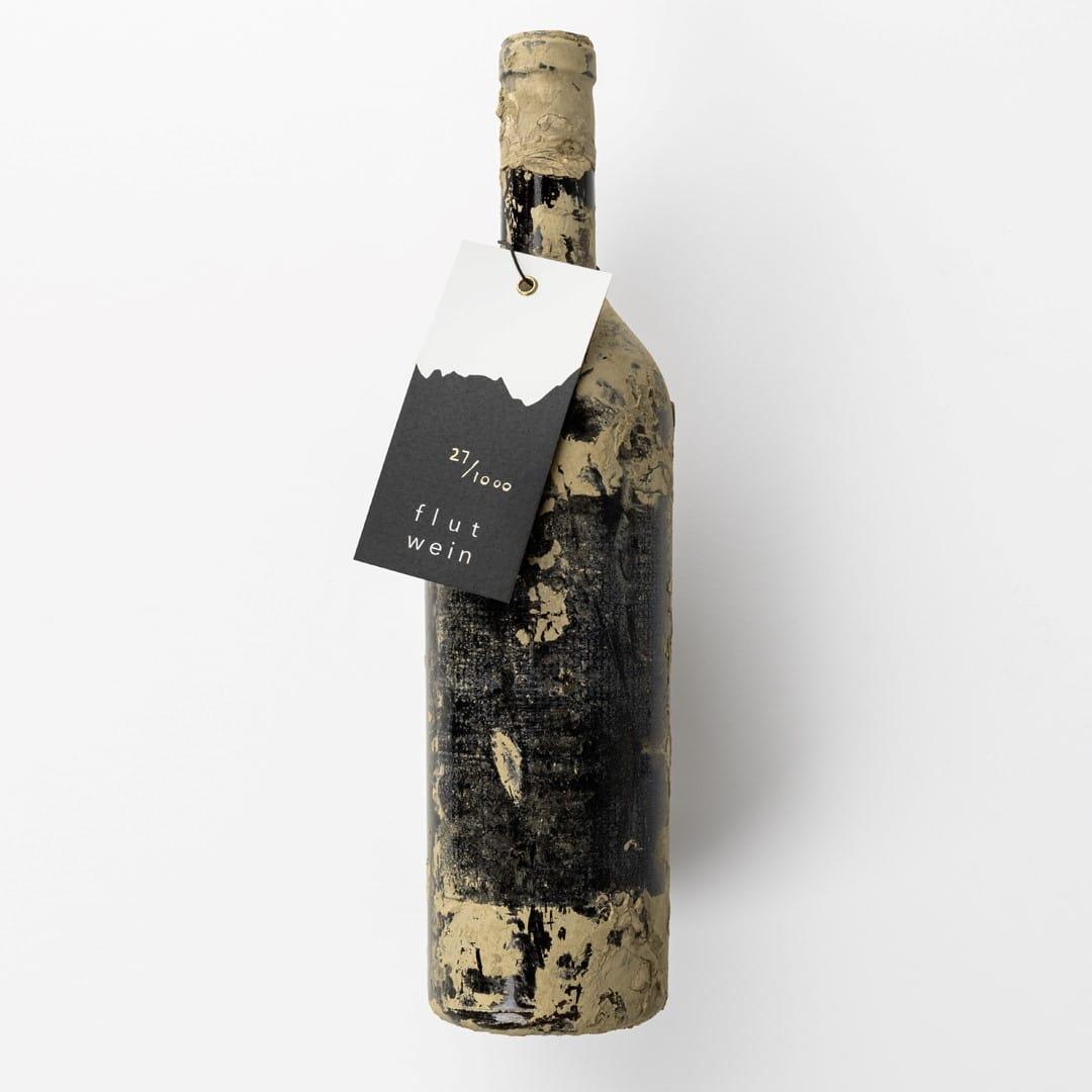 Verschlammte Flasche aus dem Ahrtal