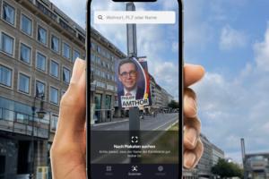 Hand mit Handy, das Wahlplakat scannt