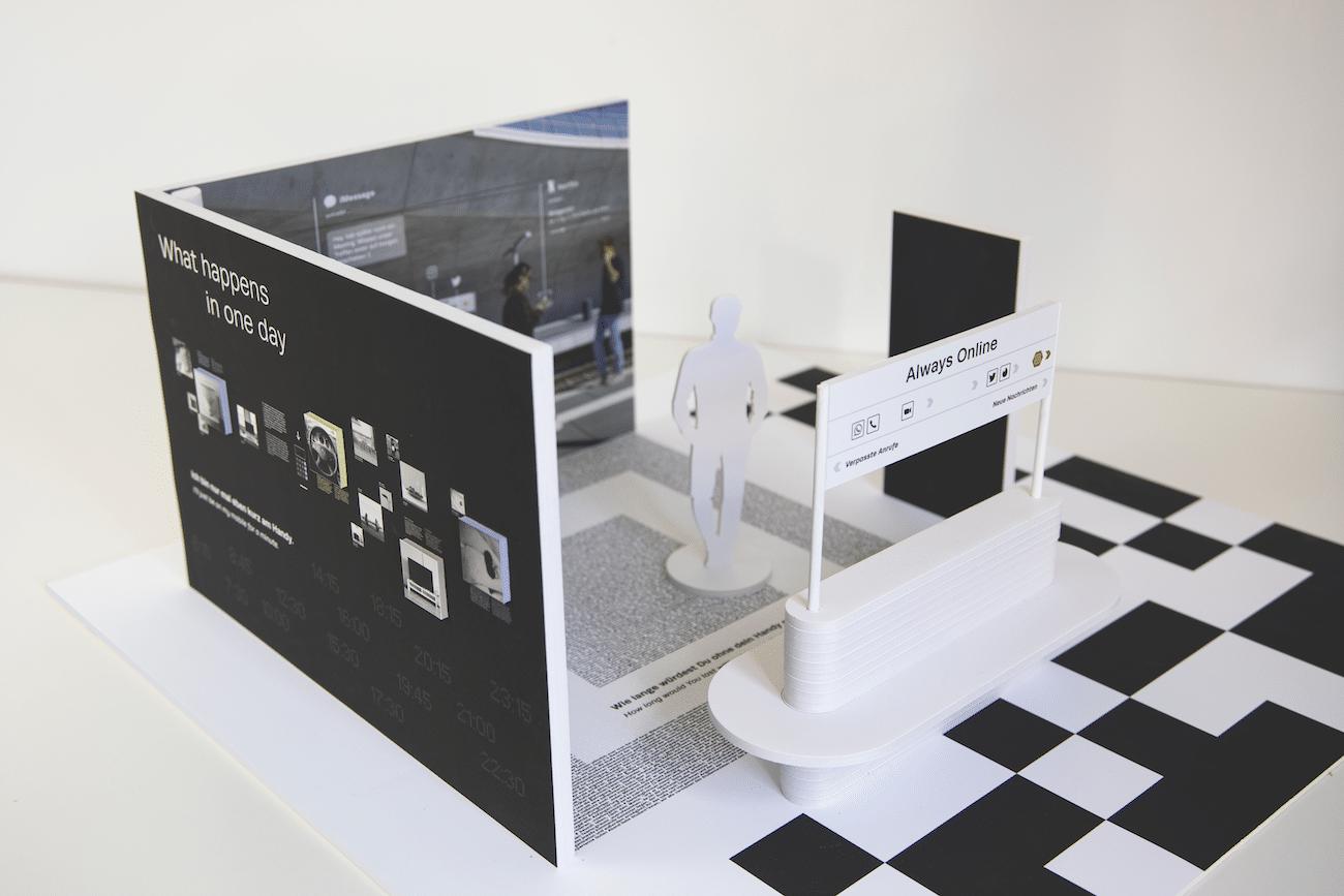 Pappmodell eines Moduls mit Sitzbank und Infowänden